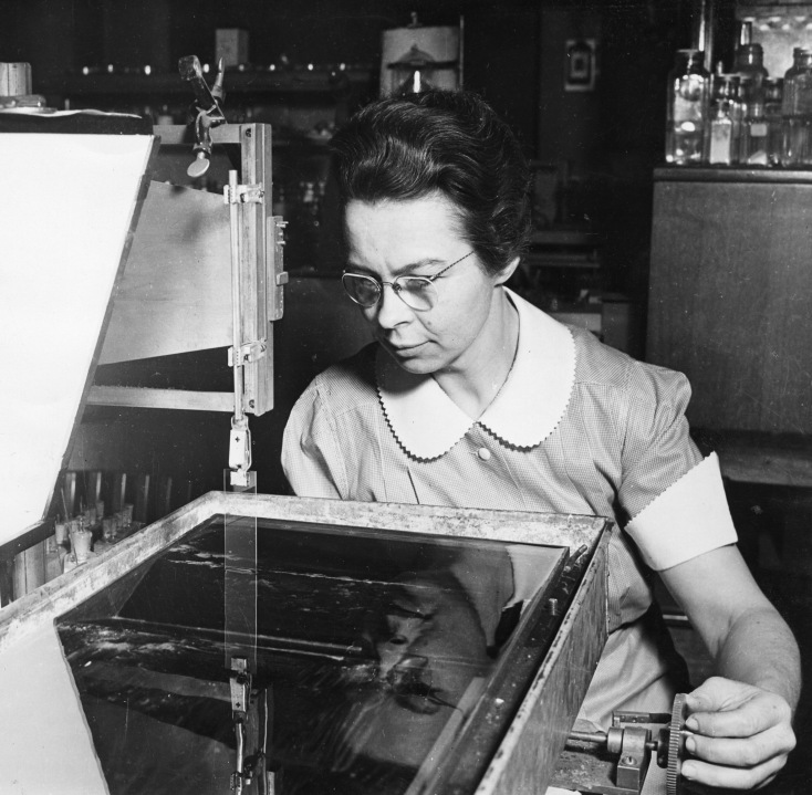 Katharine_Burr_Blodgett_(1898-1979),_demonstrating_equipment_in_lab